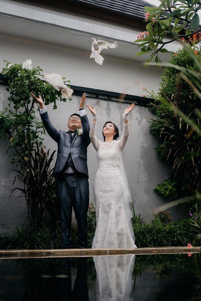 Momen Perayaan Sakral Penyatuan Cinta Di Tengah Musim Yang Baru a la Randy dan Debbi by Lentera Wedding - 020