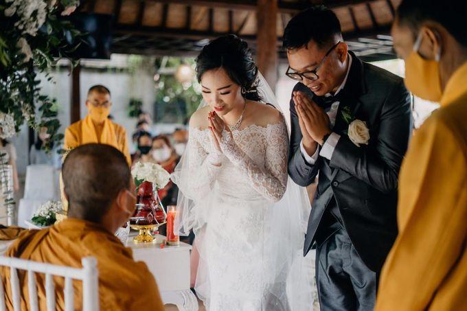 Momen Perayaan Sakral Penyatuan Cinta Di Tengah Musim Yang Baru a la Randy dan Debbi by Lentera Wedding - 015