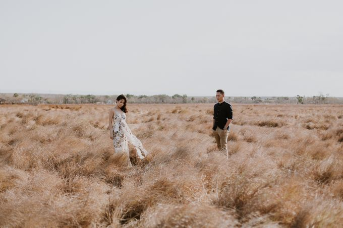 Destination Prewedding of Amelia & William in Raw and Ethnic Sumba by fire, wood & earth - 040