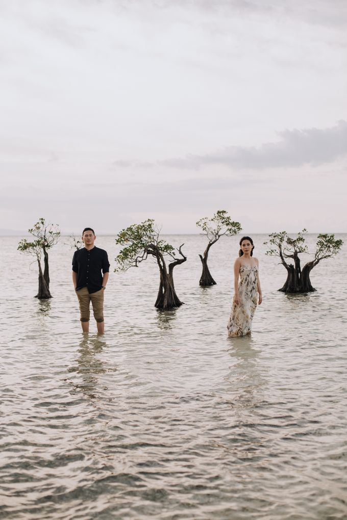 Destination Prewedding of Amelia & William in Raw and Ethnic Sumba by fire, wood & earth - 044