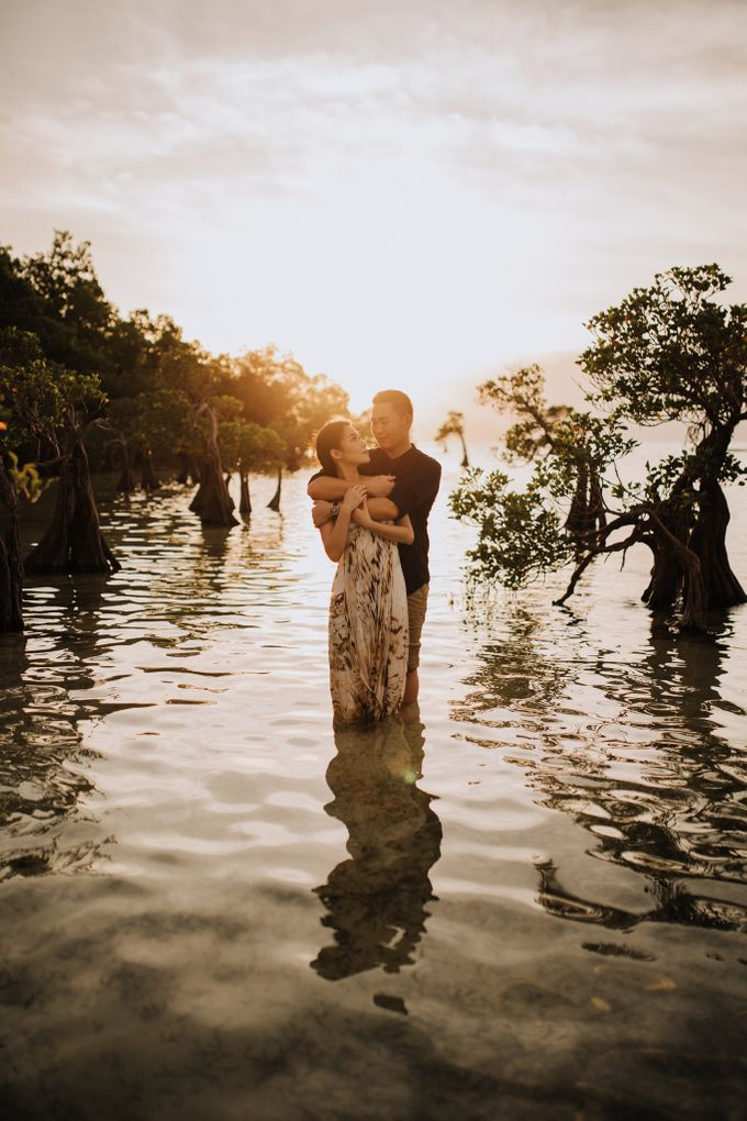 Destination Prewedding of Amelia & William in Raw and Ethnic Sumba by fire, wood & earth - 048