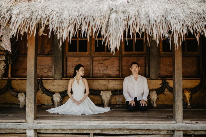 Destination Prewedding of Amelia & William in Raw and Ethnic Sumba by fire, wood & earth - 004