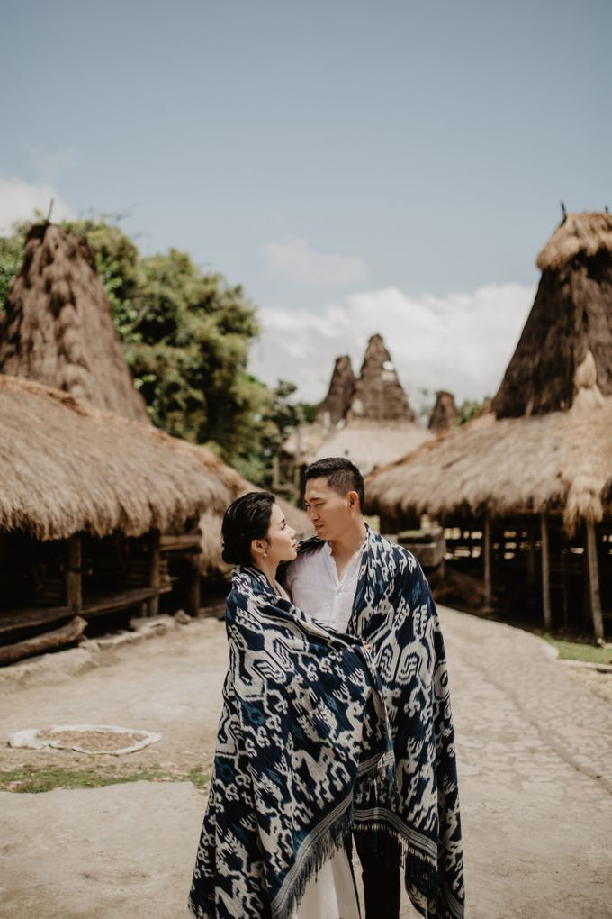 Destination Prewedding of Amelia & William in Raw and Ethnic Sumba by fire, wood & earth - 005