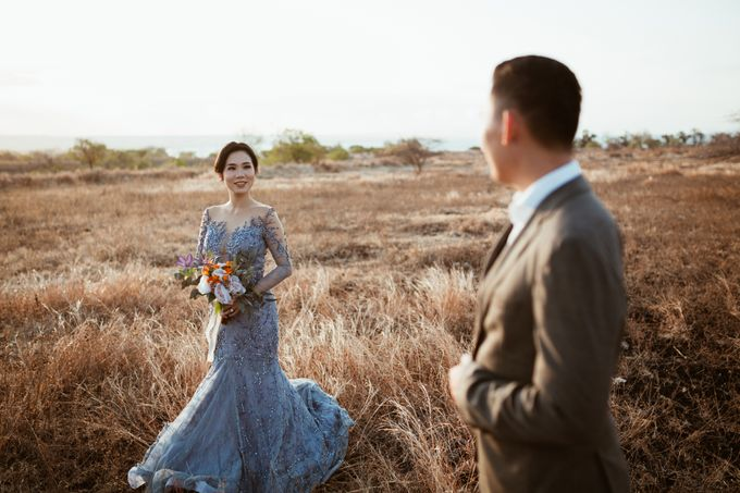Destination Prewedding of Amelia & William in Raw and Ethnic Sumba by fire, wood & earth - 008