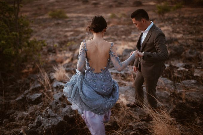 Destination Prewedding of Amelia & William in Raw and Ethnic Sumba by fire, wood & earth - 018