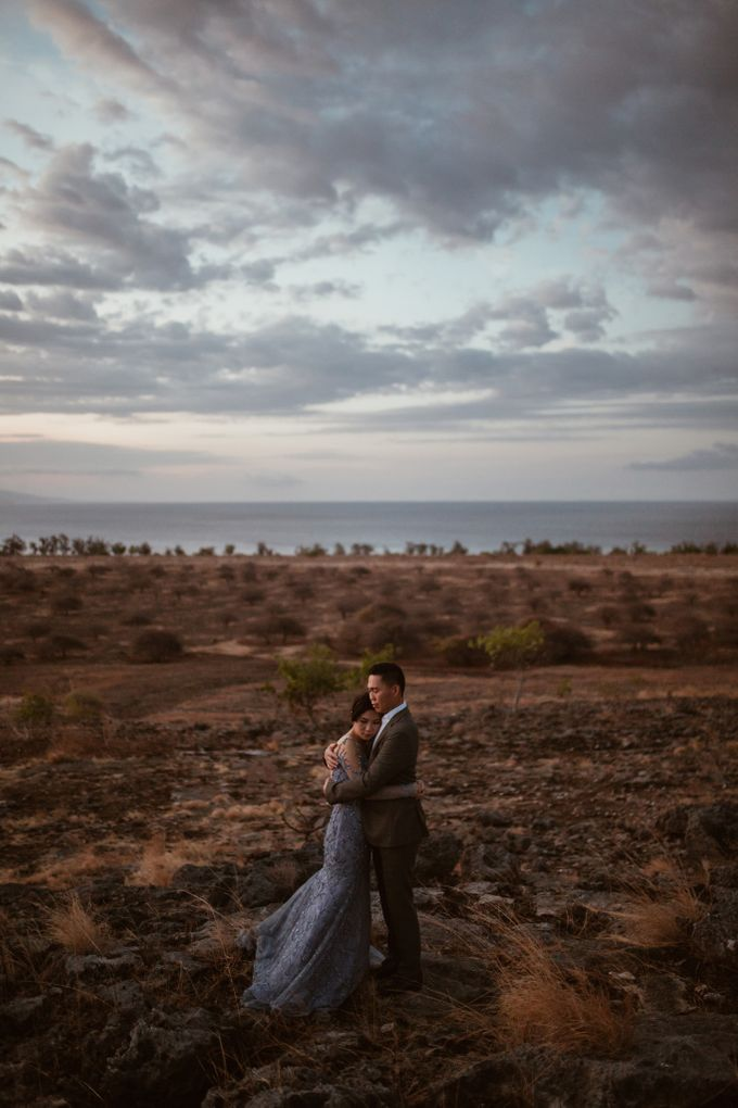 Destination Prewedding of Amelia & William in Raw and Ethnic Sumba by fire, wood & earth - 019