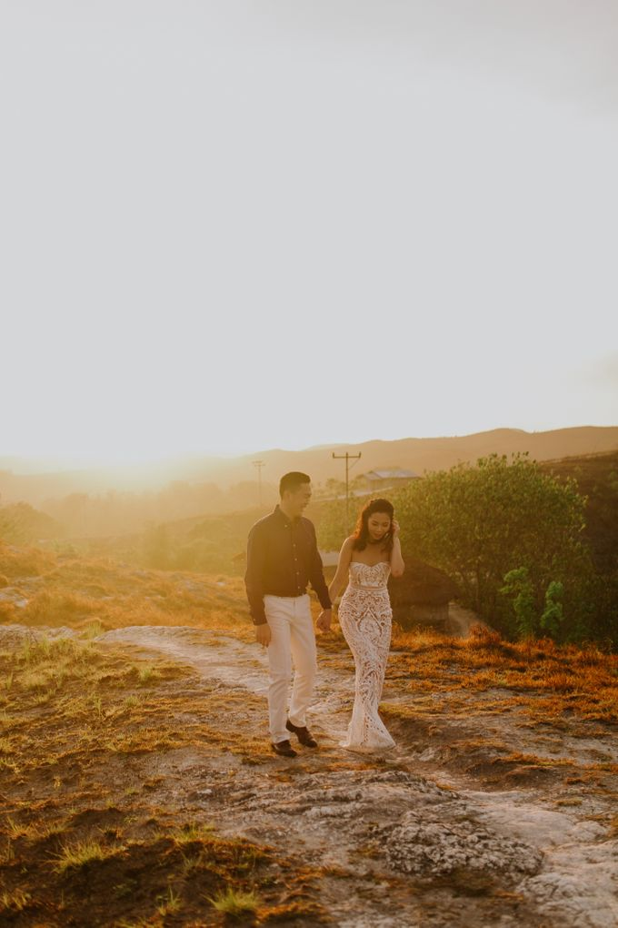 Destination Prewedding of Amelia & William in Raw and Ethnic Sumba by fire, wood & earth - 021