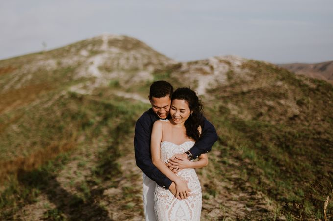 Destination Prewedding of Amelia & William in Raw and Ethnic Sumba by fire, wood & earth - 026