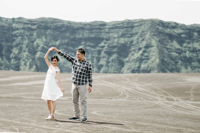 William & Yenny Bromo Prewedding by Levin Pictures - 006