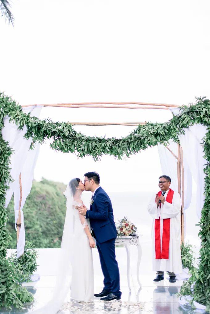 White Beauty Wedding theme by THE UNGASAN CLIFFTOP RESORT BALI - 015