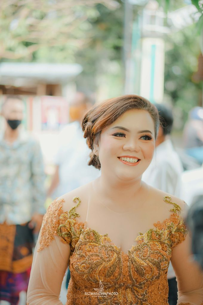 This Wedding is really inspirational for you who want to celebrate your wedding party using two kinds of vibes. On the firts day, this wedding was hel by Rizwandha Photo - 039