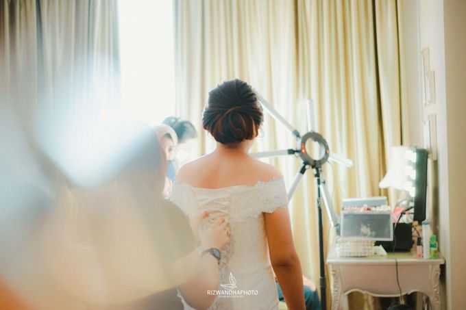 This Wedding is really inspirational for you who want to celebrate your wedding party using two kinds of vibes. On the firts day, this wedding was hel by Rizwandha Photo - 008