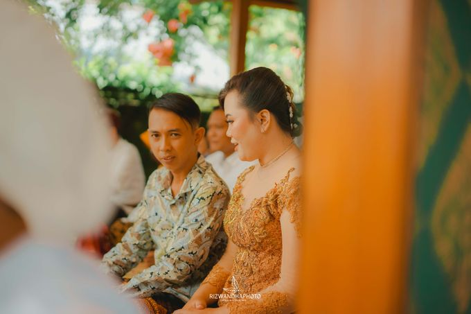 This Wedding is really inspirational for you who want to celebrate your wedding party using two kinds of vibes. On the firts day, this wedding was hel by Rizwandha Photo - 045