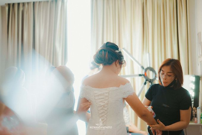 This Wedding is really inspirational for you who want to celebrate your wedding party using two kinds of vibes. On the firts day, this wedding was hel by Rizwandha Photo - 009