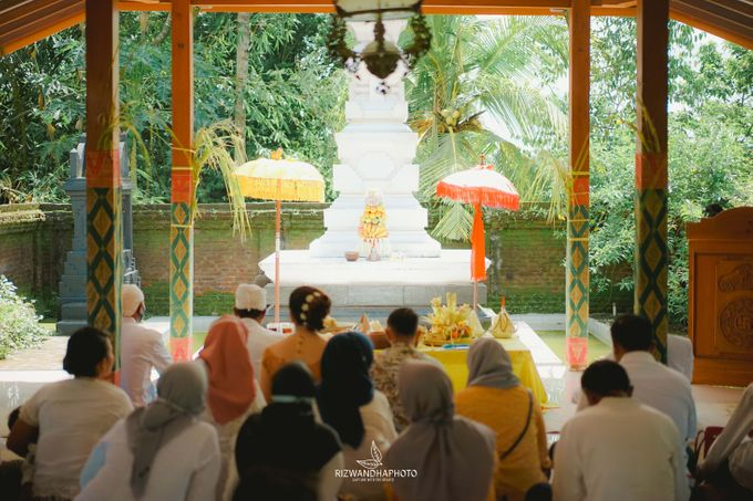 This Wedding is really inspirational for you who want to celebrate your wedding party using two kinds of vibes. On the firts day, this wedding was hel by Rizwandha Photo - 046