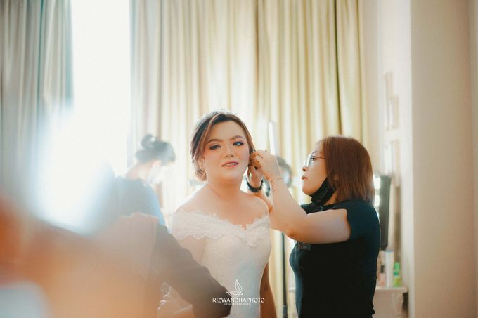 This Wedding is really inspirational for you who want to celebrate your wedding party using two kinds of vibes. On the firts day, this wedding was hel by Rizwandha Photo - 011