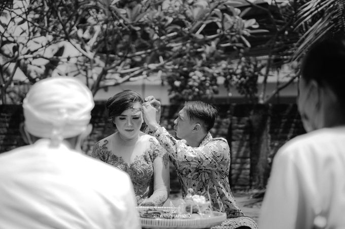 This Wedding is really inspirational for you who want to celebrate your wedding party using two kinds of vibes. On the firts day, this wedding was hel by Rizwandha Photo - 047