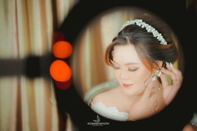 This Wedding is really inspirational for you who want to celebrate your wedding party using two kinds of vibes. On the firts day, this wedding was hel by Rizwandha Photo - 014
