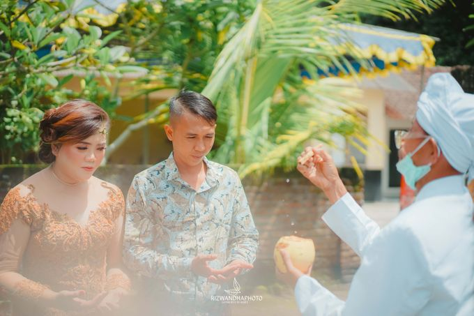 This Wedding is really inspirational for you who want to celebrate your wedding party using two kinds of vibes. On the firts day, this wedding was hel by Rizwandha Photo - 049