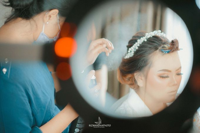 This Wedding is really inspirational for you who want to celebrate your wedding party using two kinds of vibes. On the firts day, this wedding was hel by Rizwandha Photo - 005
