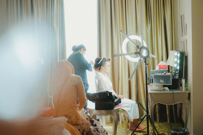 This Wedding is really inspirational for you who want to celebrate your wedding party using two kinds of vibes. On the firts day, this wedding was hel by Rizwandha Photo - 006