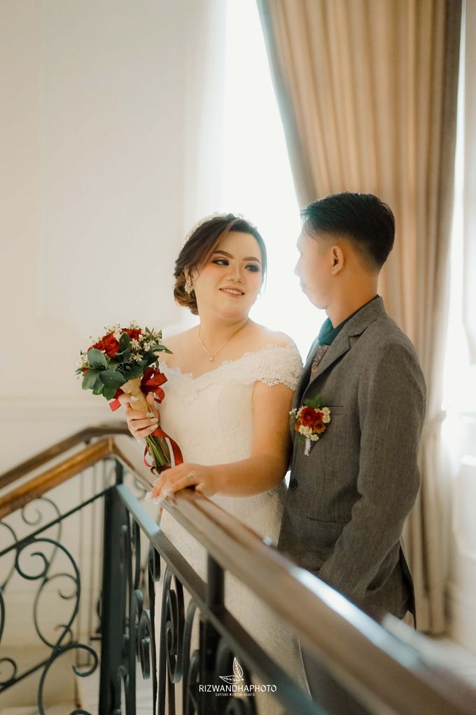 This Wedding is really inspirational for you who want to celebrate your wedding party using two kinds of vibes. On the firts day, this wedding was hel by Rizwandha Photo - 036