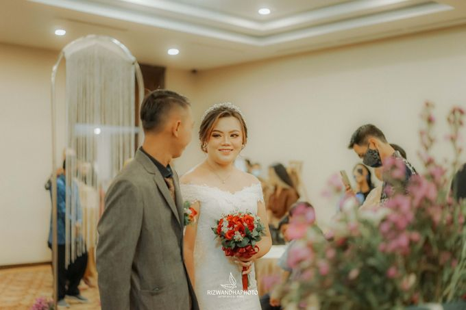 This Wedding is really inspirational for you who want to celebrate your wedding party using two kinds of vibes. On the firts day, this wedding was hel by Rizwandha Photo - 037
