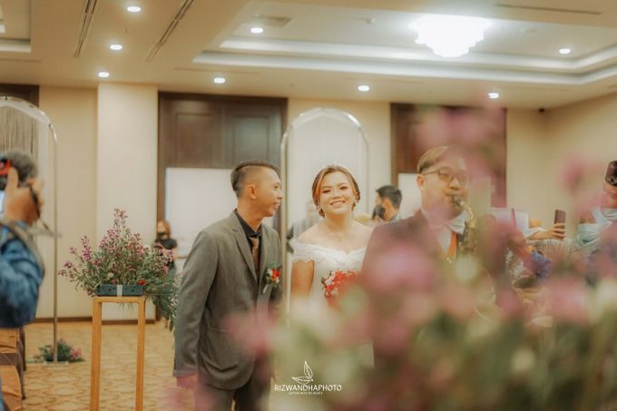 This Wedding is really inspirational for you who want to celebrate your wedding party using two kinds of vibes. On the firts day, this wedding was hel by Rizwandha Photo - 038