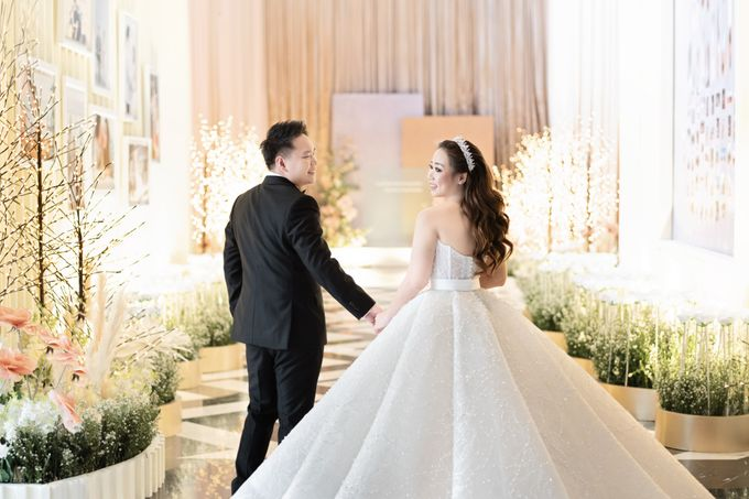 A luxury wedding reception in Bandung, using advanced technology to send digital invitation, took RSVP confirmation easily, put guests into table area by Connectied Virtual Wedding - 017