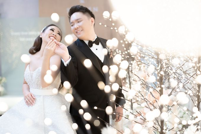 A luxury wedding reception in Bandung, using advanced technology to send digital invitation, took RSVP confirmation easily, put guests into table area by Connectied Virtual Wedding - 019