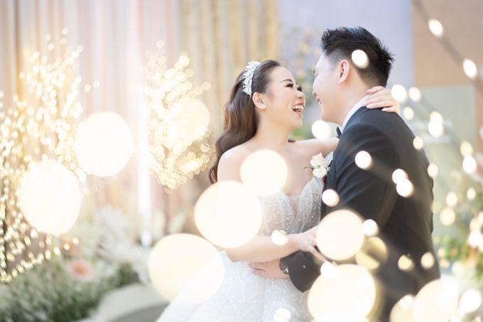A luxury wedding reception in Bandung, using advanced technology to send digital invitation, took RSVP confirmation easily, put guests into table area by Connectied Virtual Wedding - 020