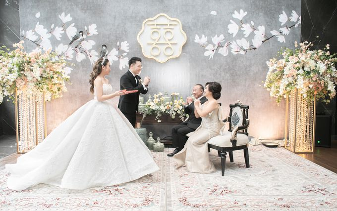 A luxury wedding reception in Bandung, using advanced technology to send digital invitation, took RSVP confirmation easily, put guests into table area by Connectied Virtual Wedding - 023