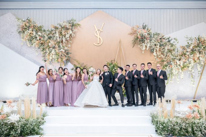 A luxury wedding reception in Bandung, using advanced technology to send digital invitation, took RSVP confirmation easily, put guests into table area by Connectied Virtual Wedding - 024