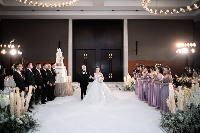 A luxury wedding reception in Bandung, using advanced technology to send digital invitation, took RSVP confirmation easily, put guests into table area by Connectied Virtual Wedding - 025