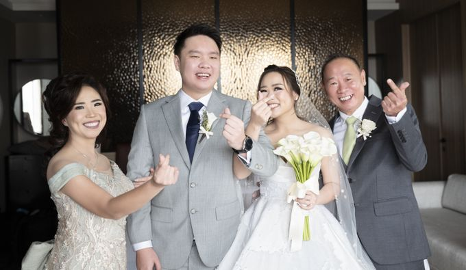 A luxury wedding reception in Bandung, using advanced technology to send digital invitation, took RSVP confirmation easily, put guests into table area by Connectied Virtual Wedding - 011