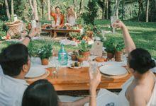 Pernikahan dengan tema ramah lingkungan, dengan keluarga dan teman dekat ditambah dengan dekorasi yang selaras dengan alam membuat pernikahan ini spec by AVAVI BALI WEDDINGS