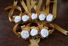 wrist corsages for bridesmaid and close relatives by Letizia Wedding