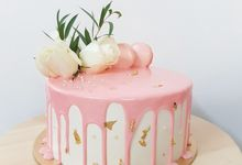 White Rose Cake with Pink drip by LÉLE Bakery