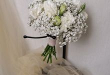 Simple Hand Bouquets by Kadi Atelier