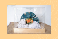 Dekor Seserahan Dengan Box Akrilik dan Bunga Artifisial Premium by Seserahanmurah.co