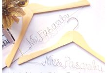 Couple Package by Bellicimo Hangers by Béllicimo Personalized Hanger & Favors