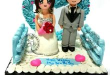 Wedding couple - 10x10x10cm SIZE - Bisa jadi Wedding Cake Topper by Dogsy Clay Souvenir, Boutonniere & Miniature