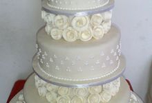 3 tiers wedding cake with white flowers by The Chocolate Land