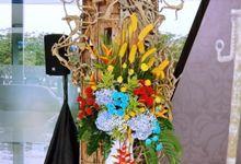 Tropical flower arragement by Petunia Decor