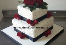 2 tiers wedding cake with red flowers by The Chocolate Land