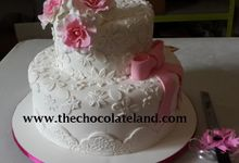 2 tiers wedding cake with pink and white decoration by The Chocolate Land