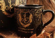 MUG TEA BLACK WEDDING J&E by Mug-App Wedding Souvenir