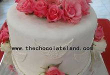 1 tier wedding cake with pink flowers by The Chocolate Land
