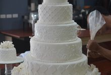 All white Wedding cake by Lemonicafe & Restaurant Boracay