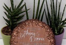 Round Filigree Mahogany invitations by Shleigh's Décor